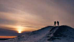 Luz del sol de la nieve de la alegría de la fotografía de la silueta del invierno de la gente grupo de turistas que caminan encim almacen de metraje de vídeo
