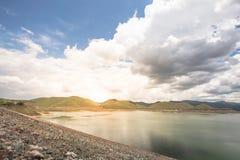 Luz del sol de la puesta del sol en la presa del kuang de los mae con el fondo del cielo azul en el distrito del saket del doi de Imagen de archivo