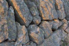 Luz del sol de la tarde de la pared de la roca Fotografía de archivo