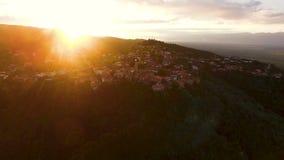 Luz del sol de oro que baja en la ciudad hermosa de Sighnagi en Georgia, turismo ecológico almacen de metraje de vídeo