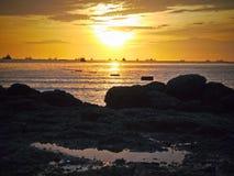 Luz del sol del oro y playa de la piedra en Tailandia Foto de archivo