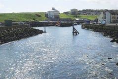 Luz del sol en el agua, puerto de Eyemouth, Berwickshire fotos de archivo
