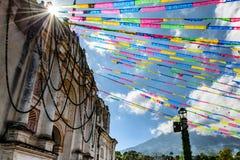 Luz del sol en iglesia y el volcán cerca de Antigua, Guatemala Foto de archivo