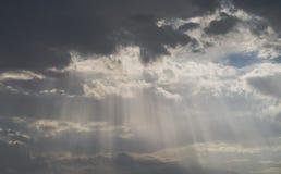 Luz del sol en la nube oscura Fotos de archivo
