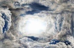 Luz del sol en nubes oscuras de la tempestad de truenos Fotografía de archivo