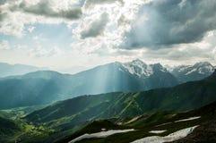 Luz del sol hermosa en el top de la montaña. Imagen de archivo libre de regalías