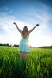 Luz del sol inferior al aire libre de la estancia de la mujer de la felicidad de Fotos de archivo