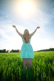 Luz del sol inferior al aire libre de la estancia de la mujer de la felicidad de la puesta del sol Imagenes de archivo