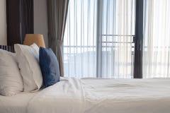 Luz del sol que brilla a través de la cortina en el dormitorio fotos de archivo