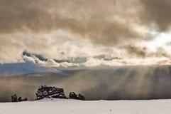 Luz del sol que destaca las formaciones de roca de la meseta de Manpupuner imagen de archivo