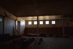 Luz del sol que entra en las ventanas de un gimnasio de la escuela vieja Fotografía de archivo