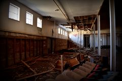 Luz del sol que entra en las ventanas de un gimnasio de la escuela vieja Imagen de archivo