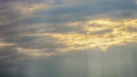 Luz del sol que se rompe a través de las nubes oscuras metrajes
