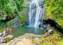 Luz del sol que viene a través de la cascada en Maui Hawaii Fotografía de archivo