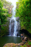Luz del sol que viene a través de la cascada en Maui Hawaii Imagen de archivo libre de regalías