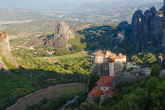 Luz del sol sobre el monasterio Roussanou por la mañana encima de la montaña, Meteora, Grecia Imágenes de archivo libres de regalías