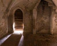 Luz del sol Streamng a través de la puerta vieja de la abadía de Lacock de Inglaterra Fotos de archivo libres de regalías