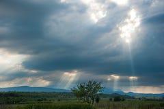 Luz del sol a través de las nubes Fotografía de archivo libre de regalías