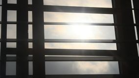 Luz del sol a través de persianas metrajes