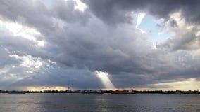 luz del sol a través del túnel de la nube Imagen de archivo