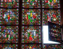 Luz divina. Vidrio manchado.   Foto de archivo