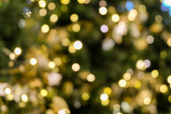 A luz do bokeh da árvore de Natal na cor dourada amarela verde, fundo abstrato do feriado, borra defocused imagem de stock royalty free