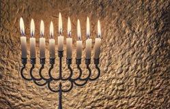 Luz do brilho das velas contra a parede textured fotos de stock royalty free