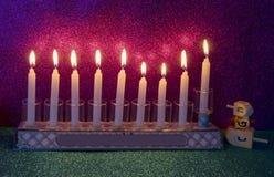 Luz do brilho das velas e dos dreidels foto de stock