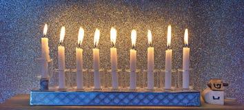 Luz do brilho das velas e dos dreidels foto de stock royalty free