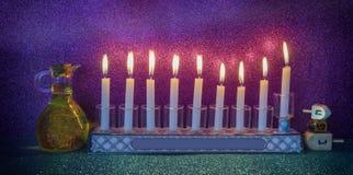 Luz do brilho das velas e frasco com azeite foto de stock