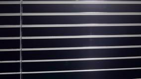 Luz do brilho do Jalousie quando forem abertos e fechados Fundo preto video estoque