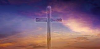 Luz do céu Cruz cristã no céu fotografia de stock