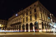 A luz do carro da noite de Bayonne Mairie arrasta, França Imagem de Stock Royalty Free