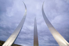 Luz do crepúsculo atrás de três pináculos subindo do memorial da força aérea em uma movimentação memorável da força aérea, Arling Imagens de Stock
