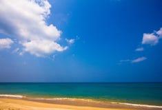Luz do dia de Phuket no céu do espaço livre da praia com guarda-chuva da cor foto de stock royalty free