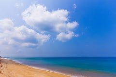 Luz do dia de Phuket no céu do espaço livre da praia com guarda-chuva da cor imagem de stock royalty free