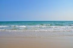 Luz do dia do sol da areia do céu azul da praia do mar imagem de stock