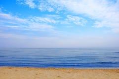 Luz do dia do sol da areia do céu azul da praia do Mar Negro Fotos de Stock