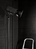 Luz do estúdio da fotografia de encontro a um tijolo preto wal Foto de Stock