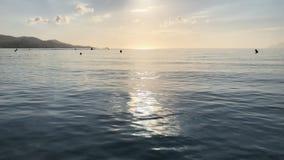Luz do nascer do sol do verão na água do mar Praia de Majorca Muro video estoque