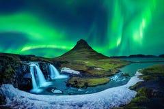 Luz do norte, aurora borealis em Kirkjufell em Islândia Montanhas de Kirkjufell no inverno