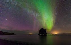 Luz do norte bonita sobre a pilha do mar do hvitserkur, Islândia Fotos de Stock Royalty Free