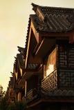 Luz do por do sol e construção antiga chinesa em Shangri-La, China Fotos de Stock Royalty Free