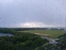 Luz do sol através da chuva Fotografia de Stock Royalty Free