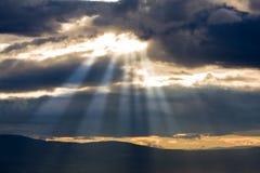 Luz do sol através das nuvens Fotos de Stock Royalty Free