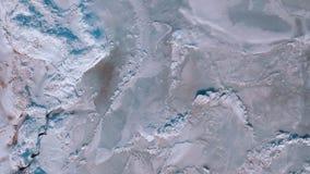 Luz do sol brilhante acima do mar congelado O gelo áspero no mar, alguns derivou o gelo e a neve Ladnscape do inverno vídeos de arquivo