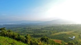 Luz do sol da manhã com montanha, céu e enevoado video estoque