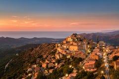 Luz do sol da noite atrasada na aldeia da montanha de Speloncato em Corsi foto de stock royalty free