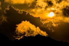 Luz do sol do céu da nuvem na vista alaranjada Fotografia de Stock