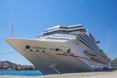Luz do sol do carnaval do navio de cruzeiros na doca Foto de Stock